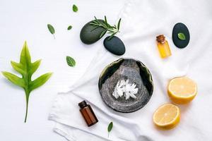 alternatieve geneeskunde met verse ingrediënten foto