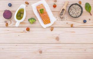 biologisch voedsel op licht hout foto