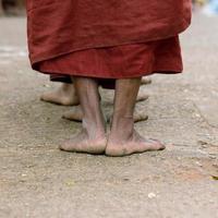 voeten van monniken foto