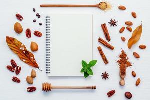 vallen smaken met een spiraalvormig notitieboekje foto