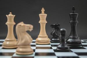 schaakbord op een donkere achtergrond foto