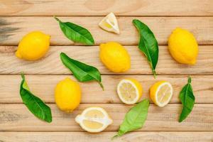 bovenaanzicht van citroenen op licht hout foto