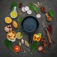 plat leggen van een koekenpan en ingrediënten foto