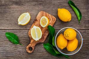 bovenaanzicht van verse citroenen op een snijplank foto