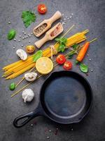spaghetti-ingrediënten en een koekenpan foto