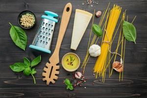 bovenaanzicht van verse spaghetti-ingrediënten foto