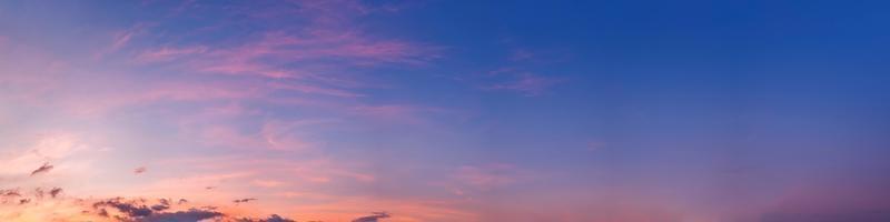 de hemel bij zonsondergang