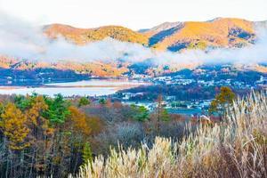 mooi landschap bij meer yamanakako, japan