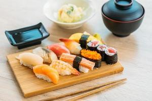 zalm, tonijn, schelp, garnalen en ander vlees sushi maki