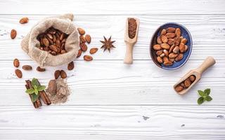 cacaobonen op armoedig wit hout foto