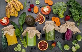 potten met verse groenten en fruit