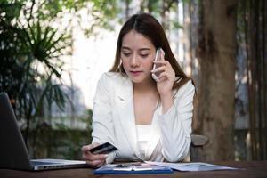vrouw met creditcard en met behulp van slimme telefoon voor online winkelen met vintage toon foto