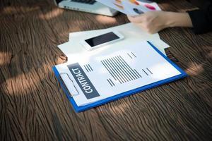 zakenvrouw werken met documenten grafieken en analyseren investeringen grafieken foto