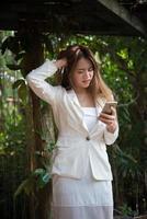 jonge zakenvrouw kijken naar telefoon gestrest voor het werk foto