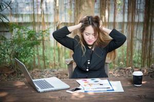 portret van een gestreste zakenvrouw op haar werkplek foto