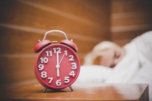 rode wekker in de ochtend, wakker worden om aan het werk te gaan foto