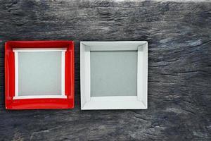 bovenaanzicht van open lege doos in rood en wit op hout achtergrond