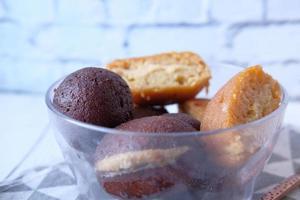 Indiase snoepjes in een kom op tafel