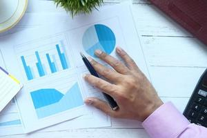 man's hand met grafieken