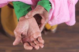 de handen van de oude vrouw
