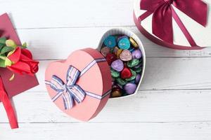 bovenaanzicht van open hart vorm geschenkdoos op witte achtergrond