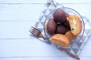 Indiase snoepjes in een kom op witte tafel met kopie ruimte