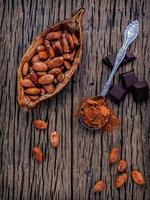 cacaobonen op een rustieke tafel foto