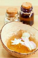 aromatherapiebehandeling in een kokosnootschaal foto