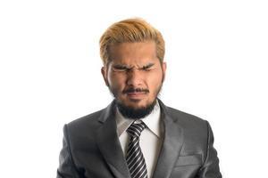 zelfverzekerde jonge zakenman in pak geïsoleerd op een witte achtergrond foto