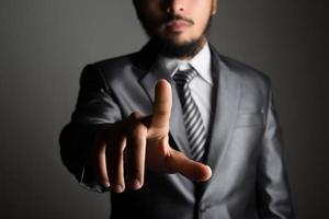 zakenman voor visueel aanraakscherm geïsoleerd op zwarte achtergrond