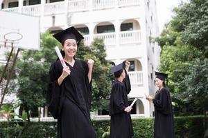 portret van diverse internationale afstuderende studenten die succes vieren foto