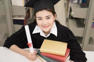 gelukkige afgestudeerde student met een diploma in de hand foto