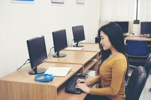 jonge vrouw met behulp van computer op kantoor foto