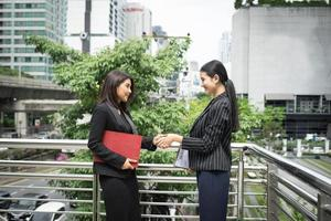zakelijke vrouwen schudden elkaar de hand foto