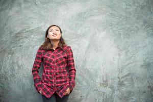 mooie jonge hipster staande in trendy kleding op grunge achtergrond