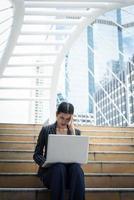 zakenvrouw benadrukt tijdens het gebruik van laptop op de trap