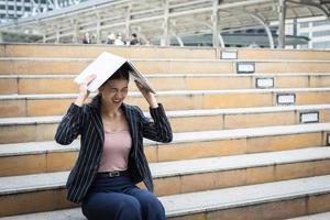 zakenvrouw benadrukt tijdens het gebruik van laptop op de trap foto