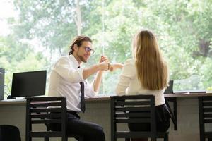 gelukkige collega's ontmoeten elkaar tijdens het werken op kantoor foto