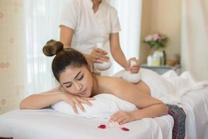 jonge mooie vrouw met een gezonde massage in een spa salon foto