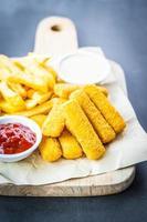 visvinger en frietjes met ketchup en mayonaisesaus
