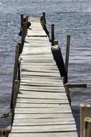 uitzicht op oude houten pier foto