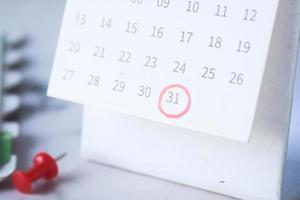 deadline concept met rode markering op kalenderdatum foto