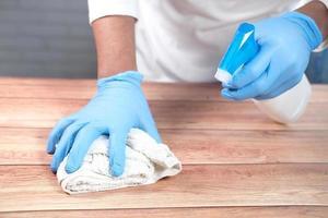 desinfecterende spuitfles en doek