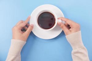 cop van zwarte koffie op blauwe achtergrond