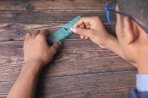 bovenaanzicht van de handen van een man die medicijnen uit een pillendoosje neemt foto