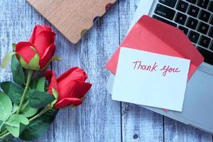 bedankt bericht en envelop op houten tafel foto