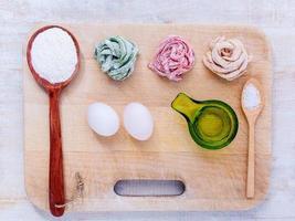 bovenaanzicht van verse pasta en ingrediënten