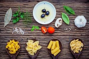 bovenaanzicht van verse pasta-ingrediënten