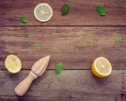 citroenen en fruitpers foto