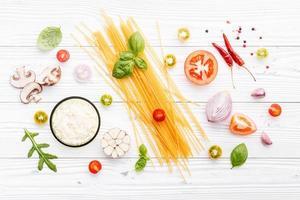 bovenaanzicht van spaghetti-ingrediënten foto